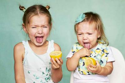 为何人们食用酸味食物时会把脸皱起来?